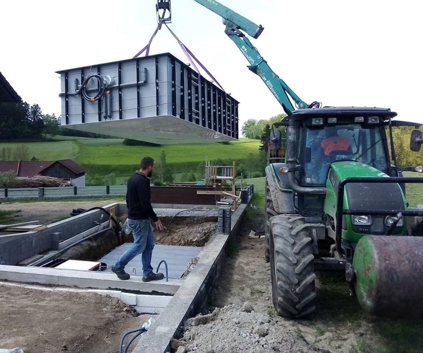 Pool in die Baugrube aufsetzen