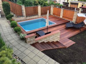 Skimmer Pool mit EcktreppeFarbe des Pools: grau, Farbe der Trittstufe: weiß